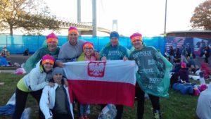 Maraton. Z biegaczami z Polski robimy fotkę w maratońskiej wiosce, na kilka godzin przed biegiem :)